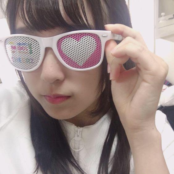 ガラガラのメガネの少女