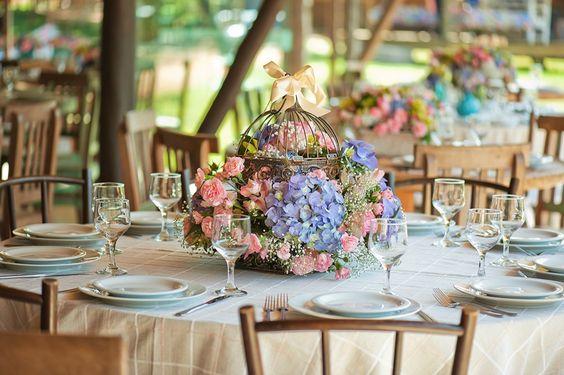 Arranjos nas mesas em tons rosa e azul - Casamento Carolina Marquez e Leonardo Rodriguez: