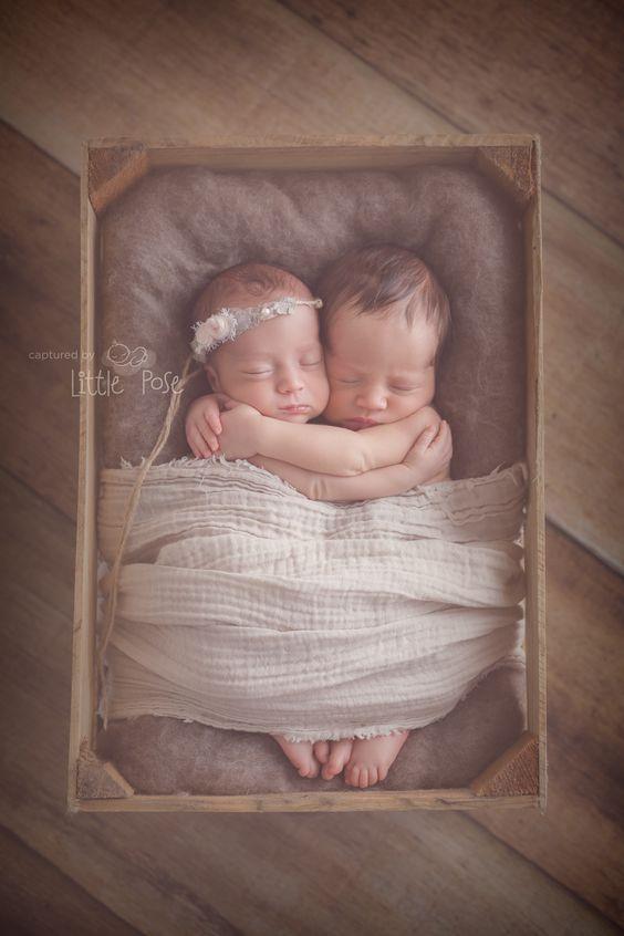 Twins newborn photography. Twins posing idea.