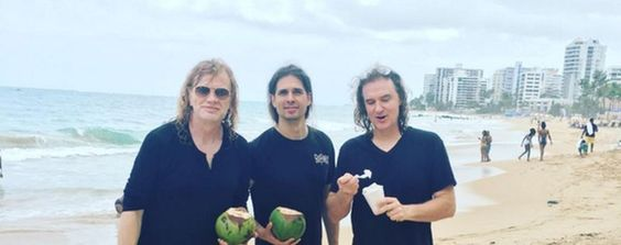 Black is the new black oder so sieht es aus, wenn Megadeth am Strand entspannen Mustaine sollte definitiv etwas mehr an die Sonne, der ist etwa gleich bleich wie ich es bin AUCH INTERESSANT: Filter by Post type Post Page Category Sort by Title Relevance Mit der Drohne über Venice Beach 11 Sun [ ]
