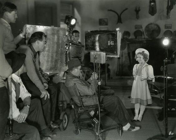 John Ford, assis, dirige Shirley Temple dans La Mascotte du régiment (Wee Willie Winkie, 1937). © DR