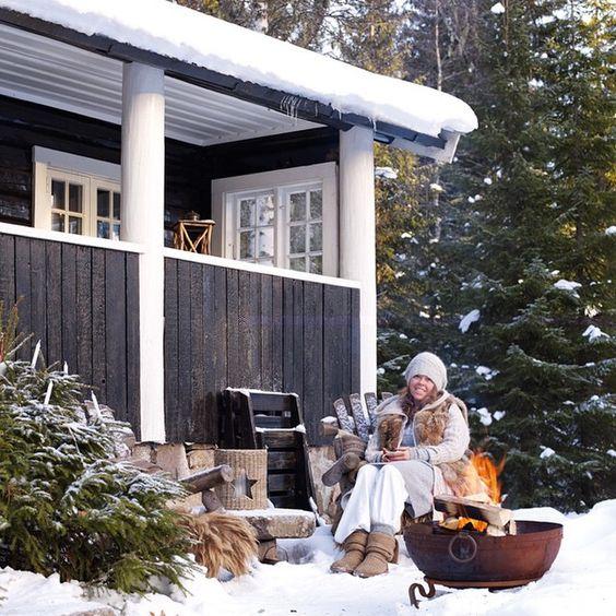 ᔕIᔕTE ᔕᒍᗩᑎᔕE ∼ til å sikre deg #vakrehytteroglandsteder denne helgen hvis du ennå ikke har gjort det!! Her får du et gjensyn fra da vi var på besøk i den superkoselige hytta til @tittinn1 i Bærumsmarka! #vakrehjemoginteriør #vakrehjemoginterior #sistesjanse #løpogkjøp #sprebudskapet #etårtilnestegang #hytte #hyttekos #hyttestemning #vinterstemning #arkivfoto @ingerfotos