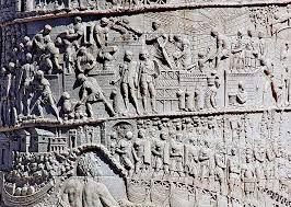 Relieve columna Trajano. Arte romano. Data del siglo I. El autor es desconocido. Fue mandada construir por el propio emperador Trajano, siendo un monumento conmemorativo hacia su persona.Mide unos 30 m de alto y su decoración es muy sencilla. Aunque tremendamente conseguida, reproduciendo escenas del campo de batalla.La figura del emperador Trajano está en la parte superior. Es impresionante como el escultor traslado las batallas a este enorme bloque de piedras.