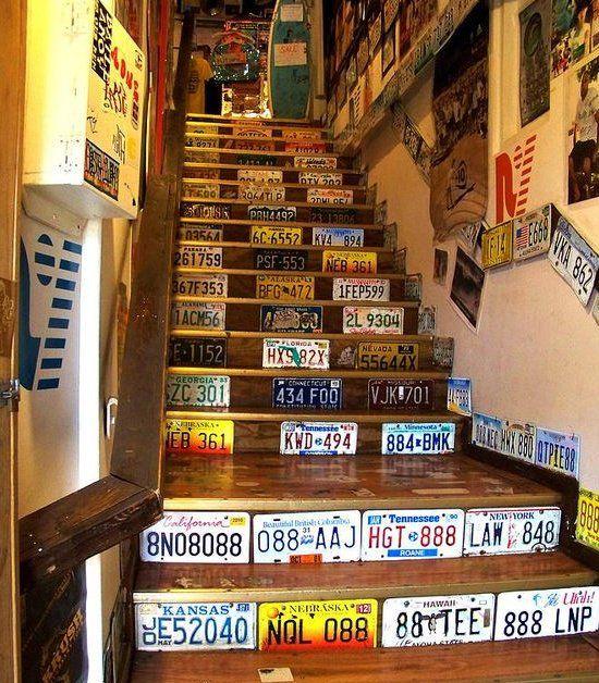 Escalera decorada con matrículas de Estados Unidos