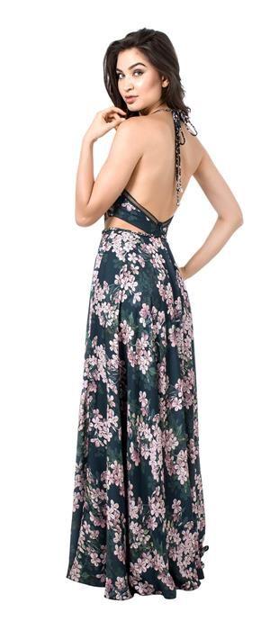 Vestido longo de crepe acetinado estampado floral. O detalhe da trança na cintura, decote e alças é um charme a parte, feminino e delicado, está super em alta. A renda geométrica no decote moderniza a...