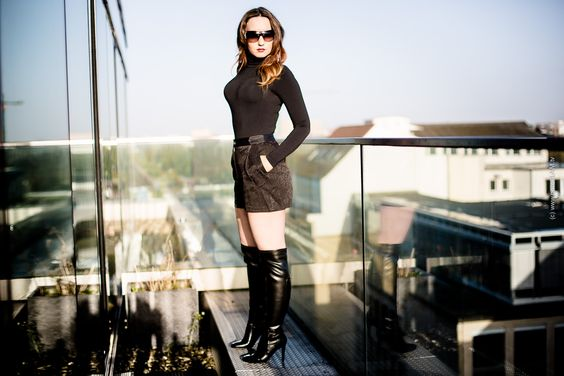 Fashion Blog Hamburg - Leder-Overknee-Stiefel - Penthouse Suite - Bloggerin mit Hotpants und Wolford-Strumpfhosen-Body - Sonnenbrille Bvlgari - Lederplateau-Stiefel kniehoch - Makeup Chanel - Modeblog