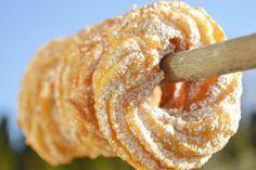 Rasch gebacken und toll im Geschmack ist dieses Rezept. Der köstliche Spritzkuchen eignet sich toll für Feiern und Buffets.