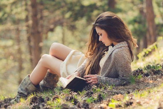 Chica leyendo en un parque: