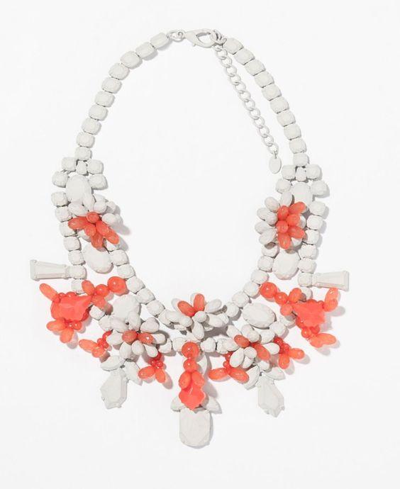 Pin for Later: 10 Teile aus Zaras Schmuckkollektion, die euch beeindrucken werden  Zara white and coral painted rhinestone bib necklace ($36)