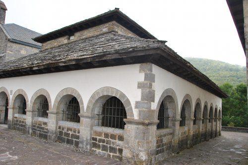 la chapelle Sancti Spiritus, le plus vieil édifice du hameau de Roncevaux.  Selon la légende, elle fut construite au XIIème siècle, sur la roche où Roland aurait brisé son épée Durandal après la défaite de Charlemagne contre les Vascons.