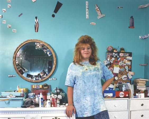 Le livre de la photographe Adrienne Salinger concentre une série de portraits d'ados pris dans leur espace le plus intime, leur chambre, dont certaines sont tapissées de couvertures de Trasher et de posters punk. Rencontre.