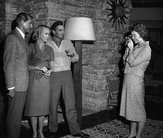 """Cary Grant, Eve Marie Saint, y James Mason en el rodaje de """"Con la Muerte en los Talones"""". La que hace la foto es la Princesa Sofía de Grecia"""