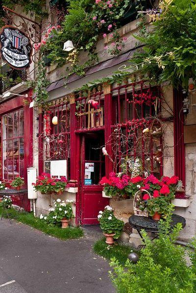 ヨーロッパの鮮やかな赤い扉