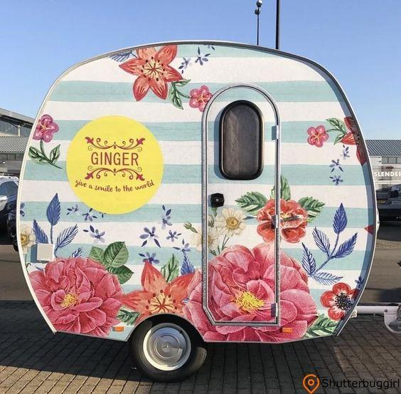 Harika boya işi ile süper küçük bağbozumu kamp.  Canlı ve yemyeşil çiçeklerle açık ve beyaz şeritler.  #caravan #caravanvintage #caravanrenovation #ca ...