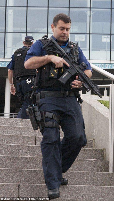 銃を見つめる警察官