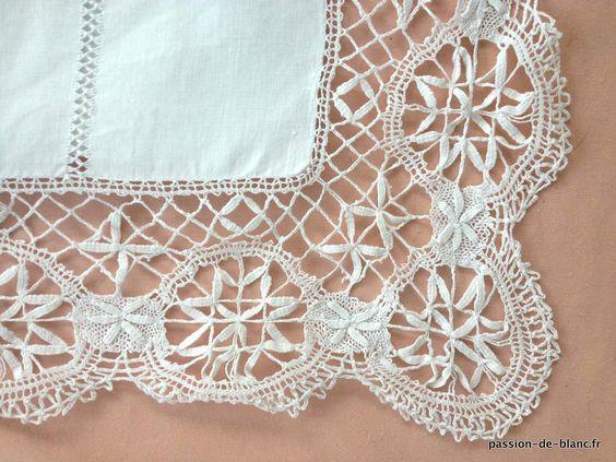 Linge ancien de lit > Draps, Taies... > LINGE ANCIEN / Très joli drap avec dentelle du Puy et monogramme PA sur toile de lin fin - Linge ancien - Passion-de-Blanc - Textiles anciens