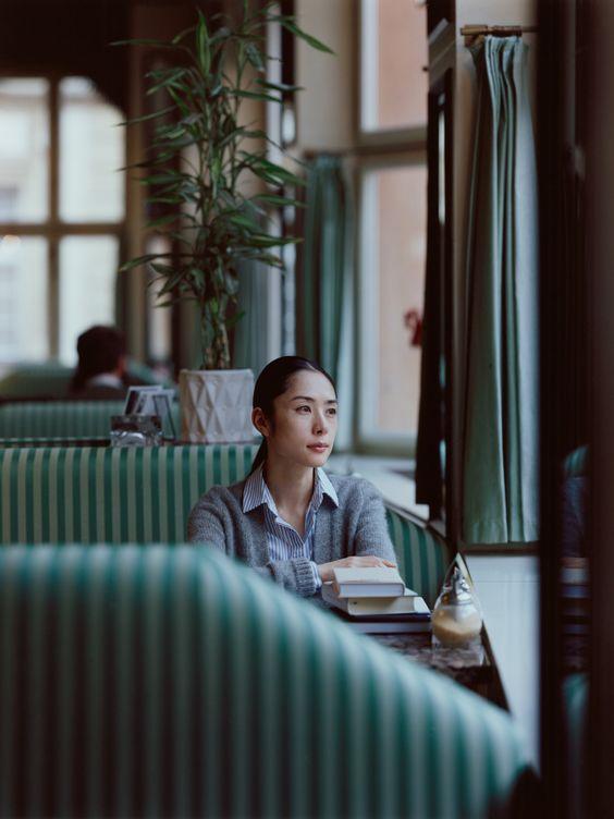 深津絵里喫茶店で遠くを見つめる画像