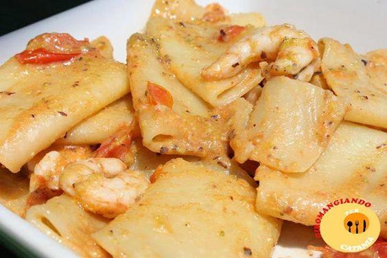 Ingredienti   500 grammi di Gamberetti freschi Pomodoro ciliegino 50 grammi di Pesto di Pistacchio 500 grammi di Paccheri Uno spicc
