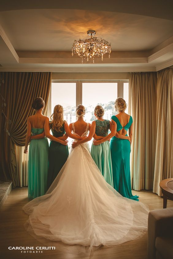 Momento com as madrinhas antes do casamento, madrinhas com vestidos em tons de verde