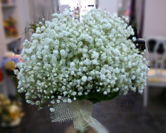 Sencillez y elegancia en estado puro. Un ramo de novia realizado exclusivamente con paniculata ¿A que no deja indiferente?