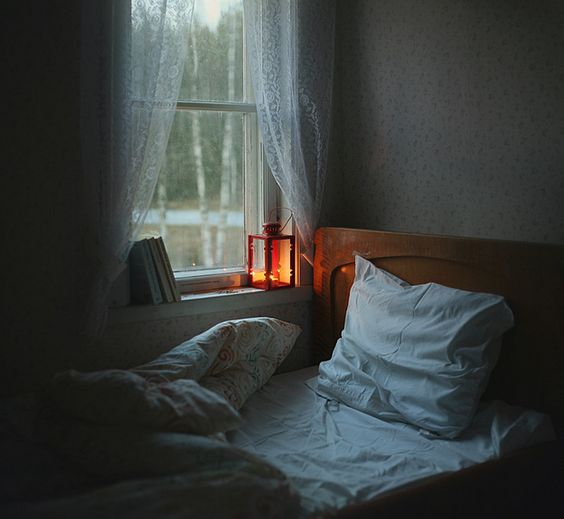 Love the lantern lighting and books on the windowsill. Always wondered what it would be like to sleep that close to a window. So nice to read in that spot on a rainy day or wake up to the summer sunshine.