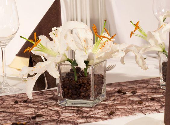 Arrangement aus wei en lilien und duftenden kaffeebohnen for Hochzeitsdeko braun