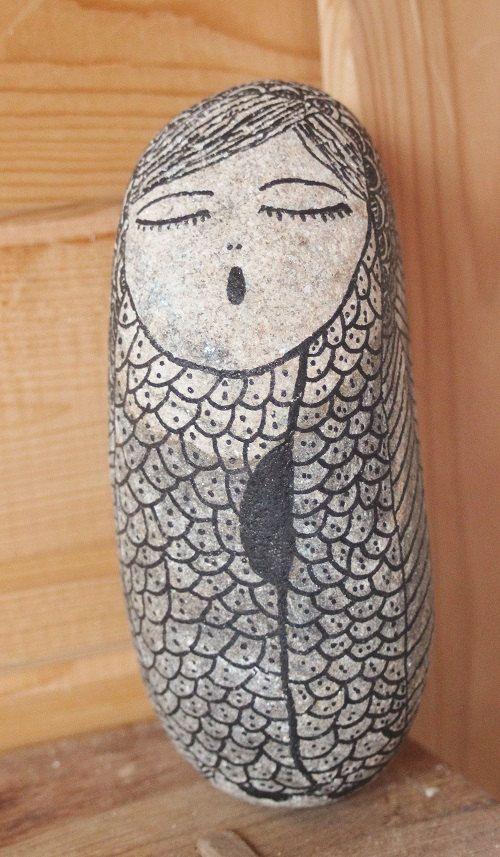 Piedra de rio con niña dibujada a mano, con tinta indeleble. Peso 2,700 kg. Alto 20 cm. x ancho 8 cm. x profundidad 10 cm. La piedra