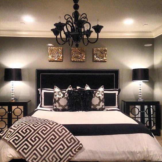 La cuarta es grande y bonita. Que cuenta con dos lámparas, una cama y una chandeliar.