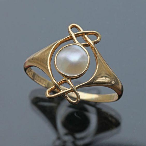 ARCHIBALD KNOX 1864-1933  Attrib.  Murrle Bennett & Co Ring   Gold Pearl  H: 1.5 cm (0.59 in)   Marks: M.B.C. & 18ct  British, c.1900  (Ref: 7704)