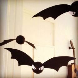 Make these cute and simple flying bats for Halloween! @ By Wilma
