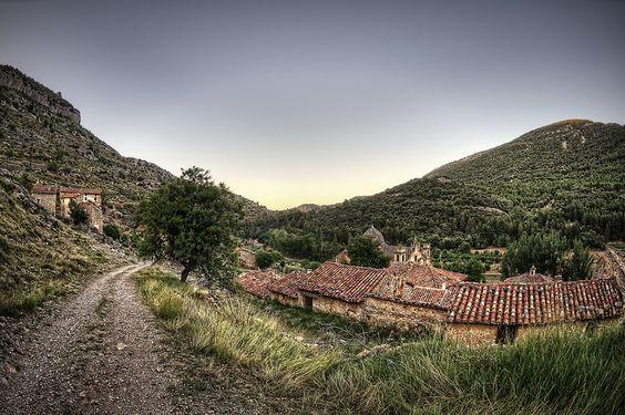 Pista de entrada al Poblado de La Estrella (Mosqueruela). Teruel