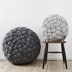 """La designer allemande Sasha Fefelova a imaginé la série de poufs """"Knotty"""", des petites assises composées d'un coussin rembourré et habillé d'une seconde peau de tubes de jersey tressés."""
