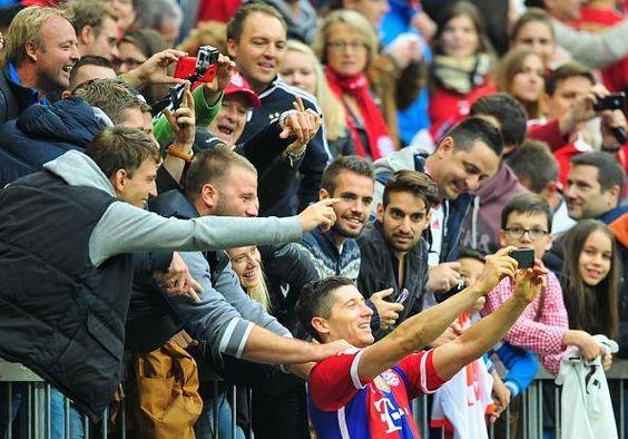 Lewandowski fête son but en prenant un selfie avec les supporters du Bayern - http://www.actusports.fr/120278/lewandowski-fete-but-en-prenant-selfie-les-supporters-du-bayern/