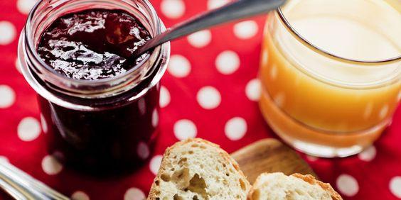 CONFITURE DE VIEUX GARCON (250 g de fraises • 250 g de groseilles (ou de cerises) • 250 g de myrtilles (ou de framboises) • 400 g d'abricots • 400 g de pêches de vigne • 400 g de prunes • 400 g de poires • 250 g de raisin • 2 kg de sucre en poudre • 2,5 litres d'eau-de-vie à 40°)