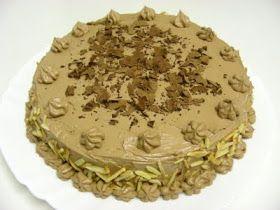 Bolo de chocolate com recheio de queijo creme e molho de amora e morango.