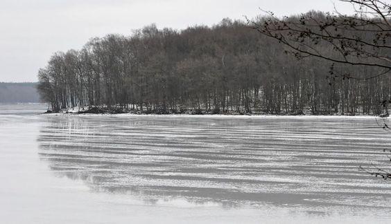 Le lac des Vieilles Forges en cours de dégel © Bruno PIA #Ardennes #France