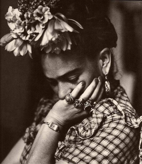 """""""J'ai commencé à peindre... par ennui, car j'étais alitée depuis un an suite à un accident au cours duquel je m'étais fracturé l'épine dorsale, un pied et d'autres os. J'avais seize ans à l'époque et j'étais pleine d'enthousiasme à l'idée de faire des études de médecine. Mais tout s'est arrêté dans le choc entre un bus de Coyoacán et un tramway de Tlalpan..."""" Frida Kahlo <3"""