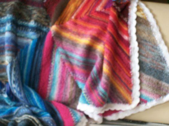 Häkelrand der Decke im Detail: 6 Reihen feste Maschen und eine Reihe Stäbchen im Bogenmuster.