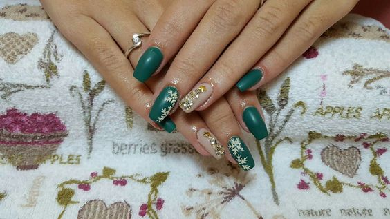 Green nails with glitter snowflakes and a pretty christmas three