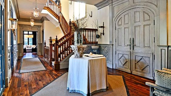 what a pretty entranceway.  love the unusual arrangement of the rug.  such a neat design.