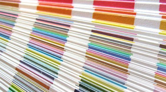 """Ao consultar o """"Guia Prático de Quadricomia"""", os designers encontram uma escala de cores CMYK, que pode ser vista em fundo branco ou fundo preto."""