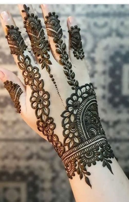 Simple New Tradational Mehndi Design #hennadesigns Mehndi henna designs are always searchable by Pakistani women and girls. Women girls and also kids apply henna on their hands feet and also on neck to look more gorgeous and traditional. #henna #henna #designs