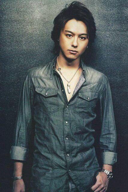 デニムシャツを着て立っているEXILEのTAKAHIROの画像