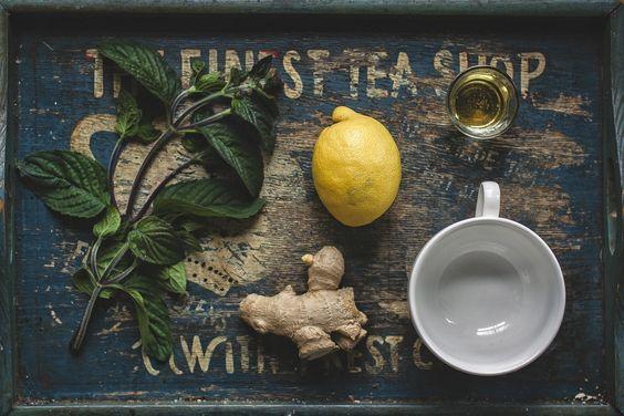 Minzblätter mit Ingwer ziehen lassen, dazu einen Schuss Zitrone und Honig – fertig ist der leckere Beruhigungstrunk für Gemüt und Magen ;)