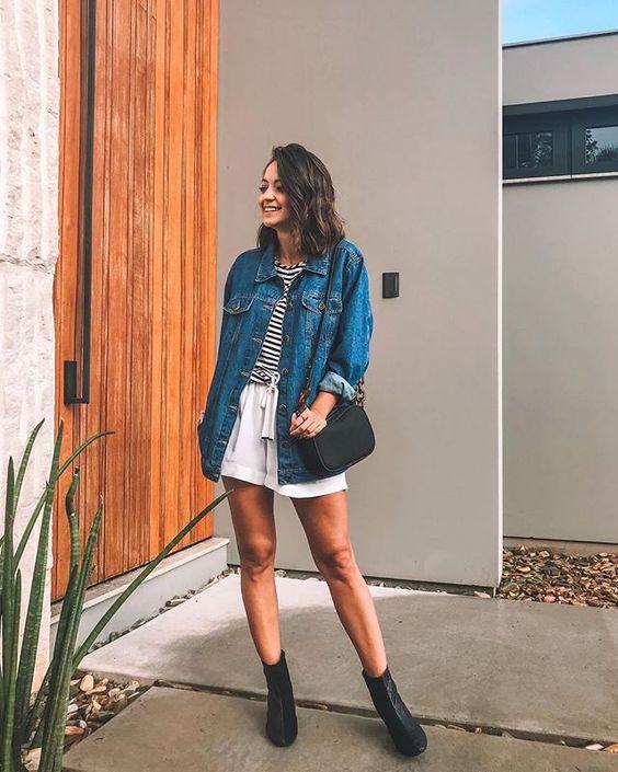 look com jaqueta jeans oversized, bota de cano curto, listras e preto e branco! • @_paulasalvador, consultora de estilo