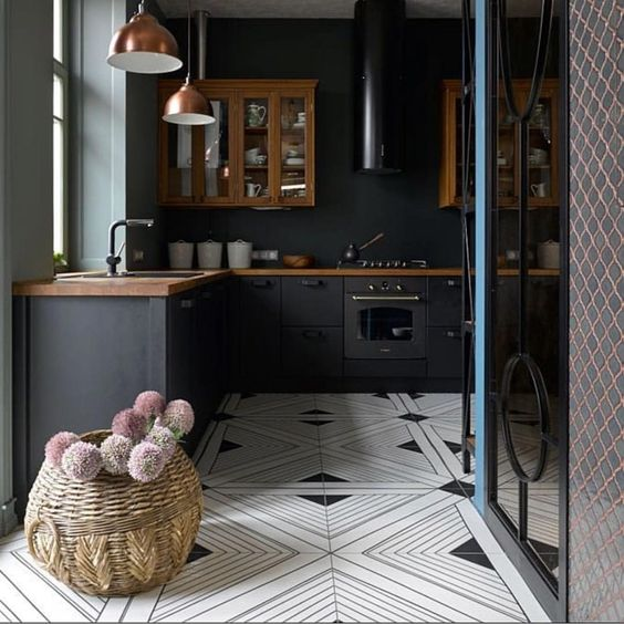 A small but powerful kitchen. Loving the all black with a patterned floor. By @elenagorenshtein via @neststudiohardware • • • • • •…
