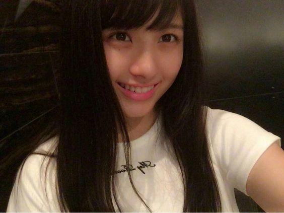 白色Tシャツの大和田南那