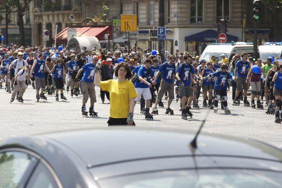 Mehr als 4.500 Skater im blauen Aktions-T-Shirt machen auf die Notwendigkeit der Darmkrebs-Vorsorge ab 50 Jahren aufmerksam. Umsetzung Carré final  Bilderrechte: @ Carré final / A.Sinot