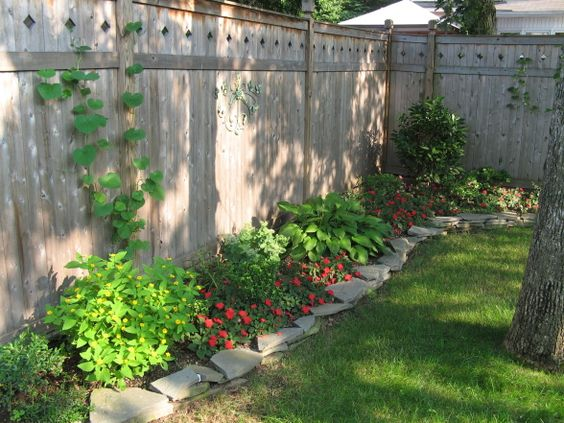 Backyard landscaping fence line border getting for Small fenced in patio ideas