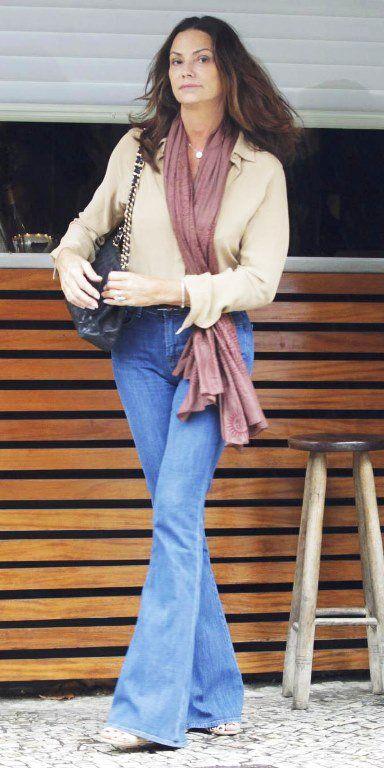 Mulheres maduras podem sim usar calça jeans, desde que em ocasiões informais. Inspire-se nesses exemplos: